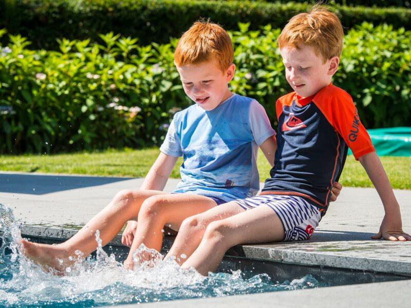 Spelen met zwembad in tuin