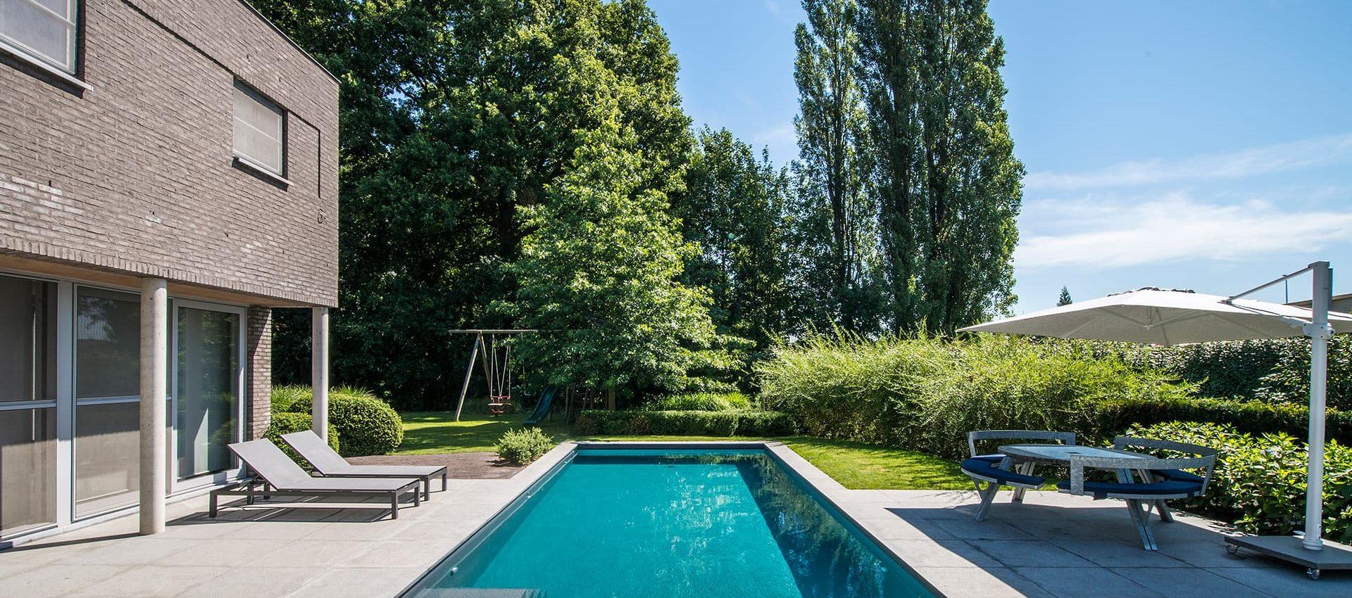 Tuin met zwembad en speeltuin