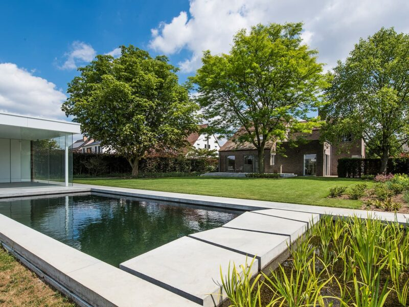 zwemvijver en moderne poolhouse
