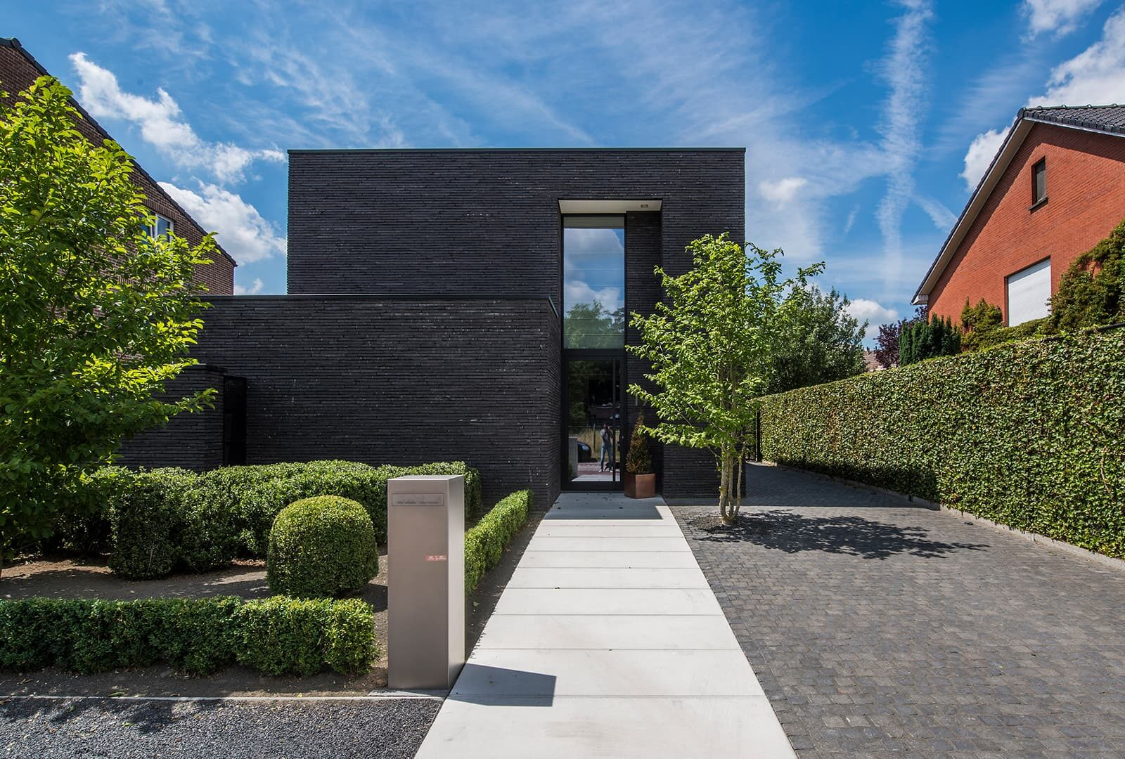 Moderne tuin met overloopvijver wim verrezen tuinarchitectuur